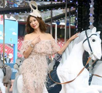 林志玲穿长裙坐旋转木马